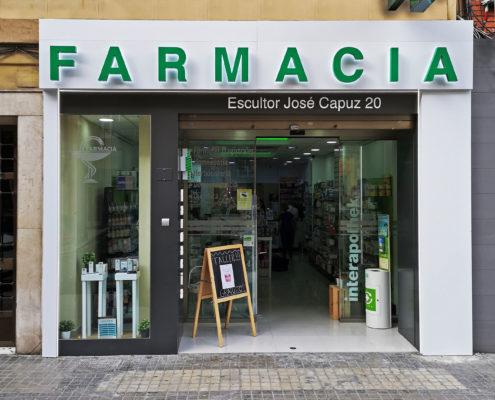 Fachada farmacia Carmen Roquet de día