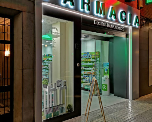 Fachada farmacia Carmen Roquet de noche