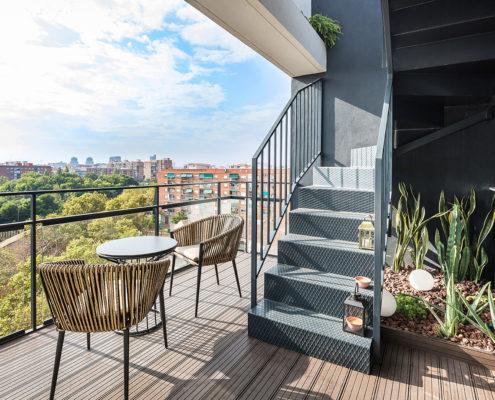 Terraza con la vista de la escalera del ático en Marxalenes